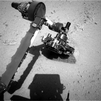 Curiosity analyse son premier rocher avec son bras !